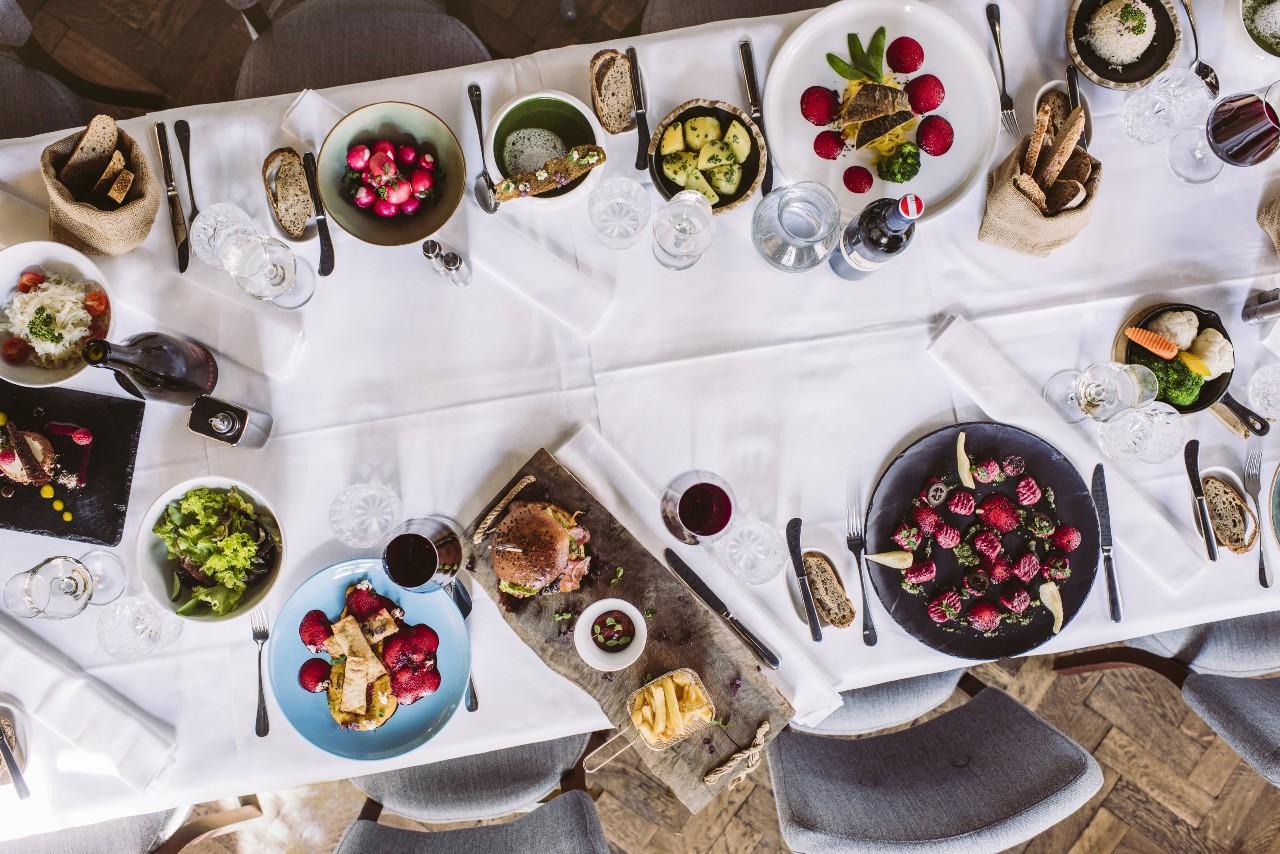Bord dækket med mad